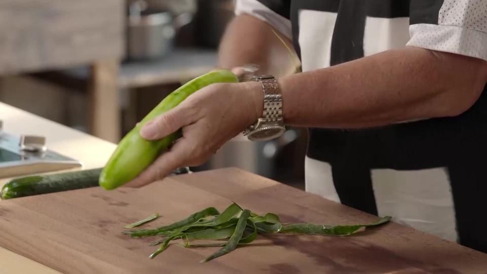 Okurkový salát s miso dresingem