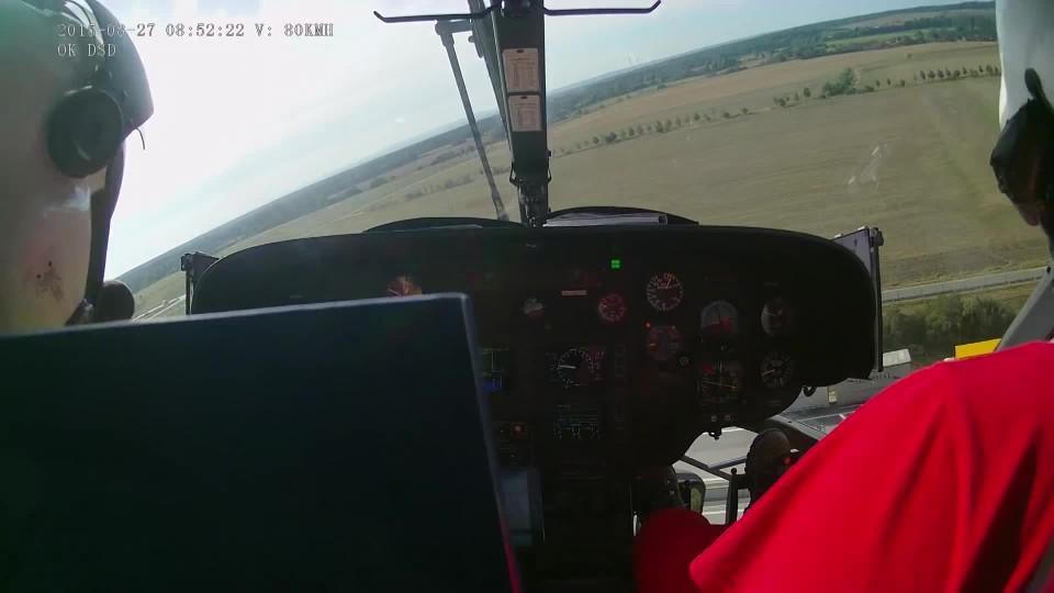 Přílet vrtulníku LZS Hradec Králové na místo laické resuscitace na D 11
