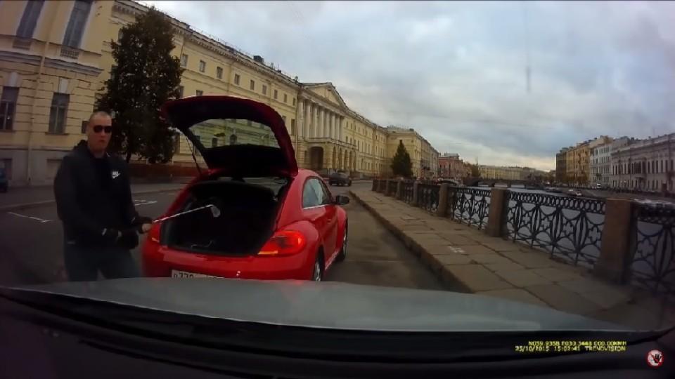 Rozzlobený řidič Volkswagenu Beetle