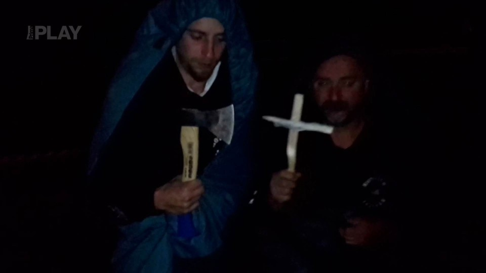 Trosečníci pohřbívají pondělí
