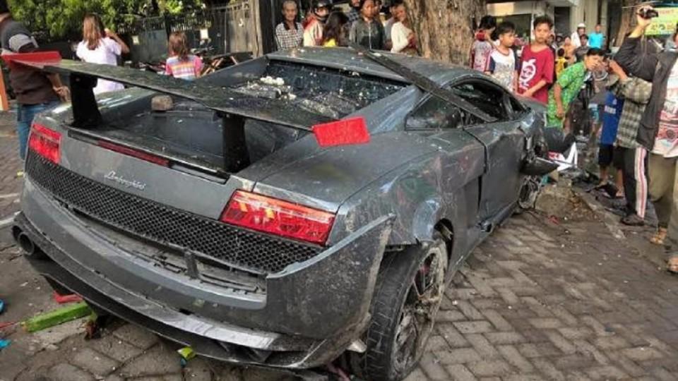 Sešrotoval Lamborghini a vletěl do lidí