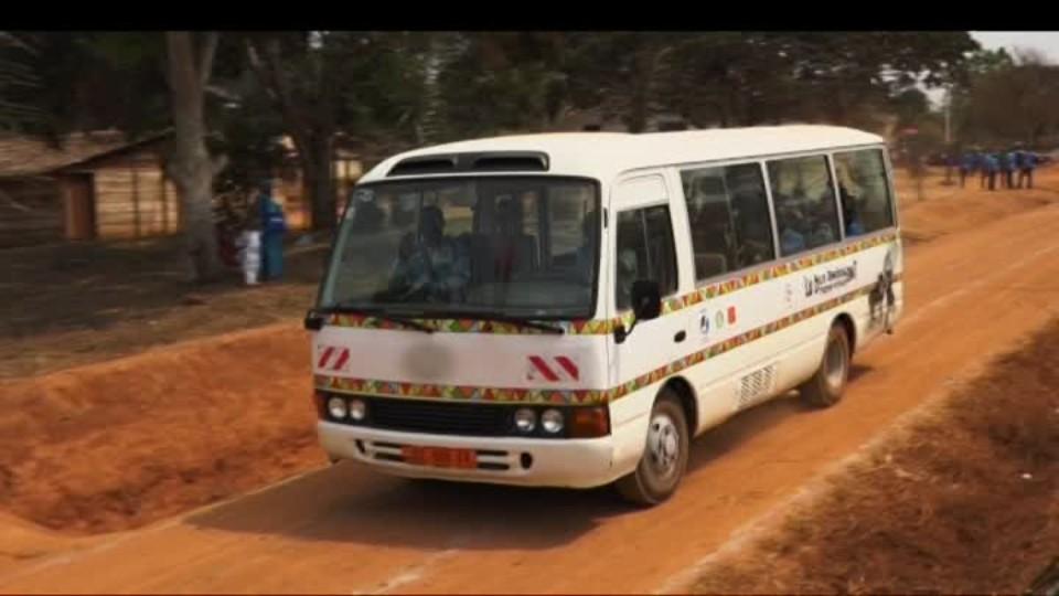 SVĚT: Kamerun, gorily, Zoo Praha a bus