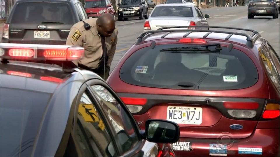 Policisté rozdávali řidičům peníze