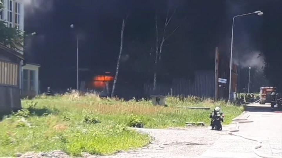 Mohutný požár zachvátil sklad plastů a chemikálií na Zlínsku
