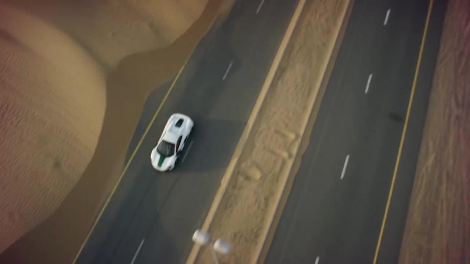 Policejní McLaren versus závodní dron
