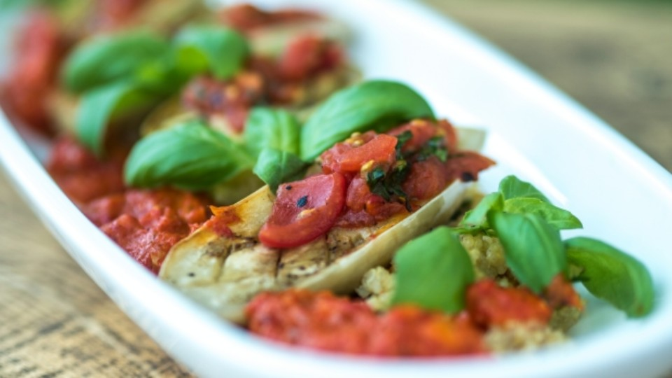 Quinoa se zeleninou a omáčkou z pečených paprik