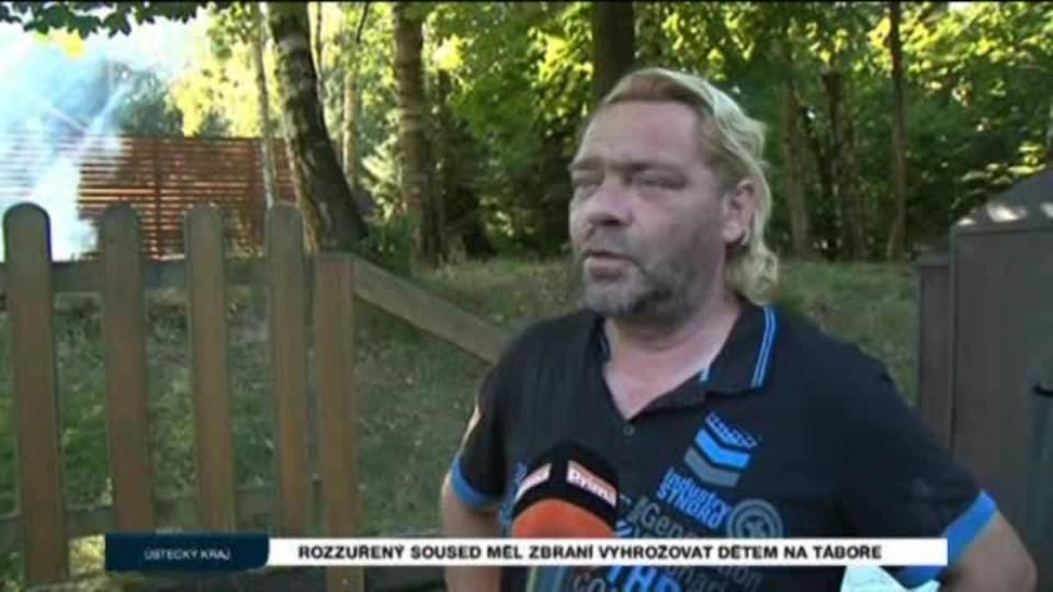 Rozzuřený soused měl zbraní vyhrožovat dětem na táboře