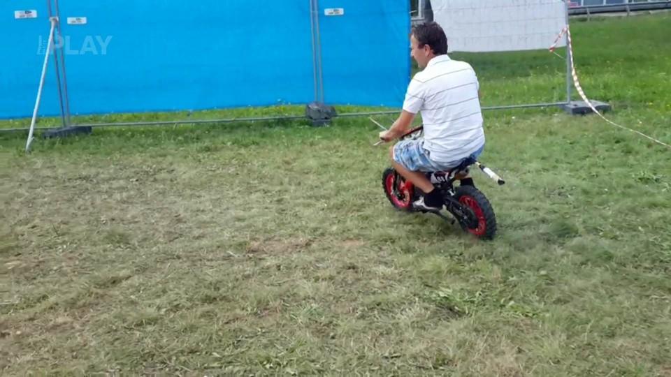 U trosečníků se pořádají závody motorek